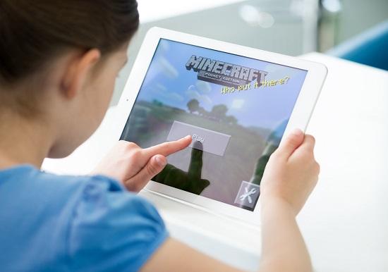 Fetita ce se joaca pe tableta