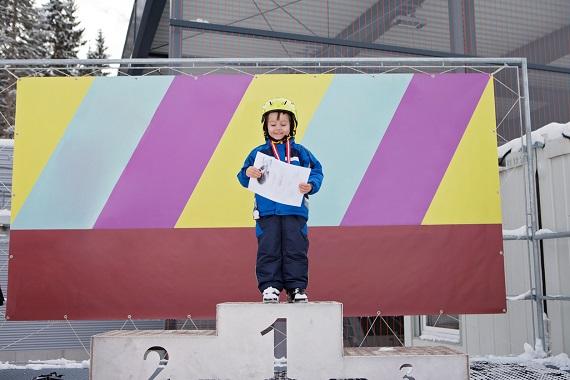 Copil pe podium, cu o medalie