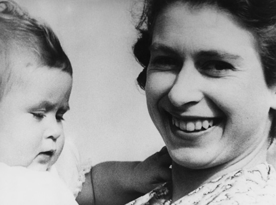 Printul Charles bebelus, alaturi de mama sa, Regina Elisabeta
