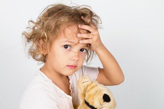 Fetita ce transpira in zona capului