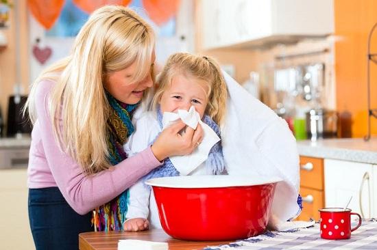 Mama isi ajuta fetita racita sa faca inhalatii