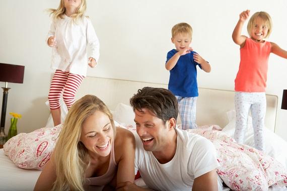 Copii ce sar pe pat si parinti ce se distreaza