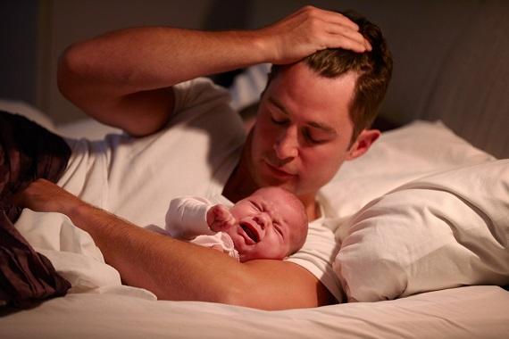 Tata ce s-a trezit noaptea pentru a avea grija de bebelus