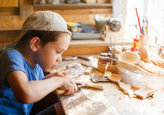 Baietel ce sculpteaza lemn