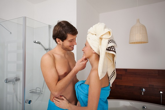 Cuplu intr-un moment de intimitate in baie
