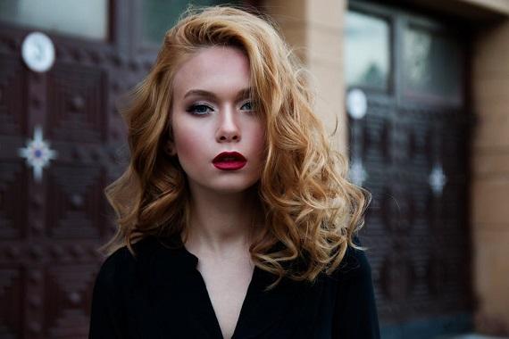 Tanara cu parum blond inchis