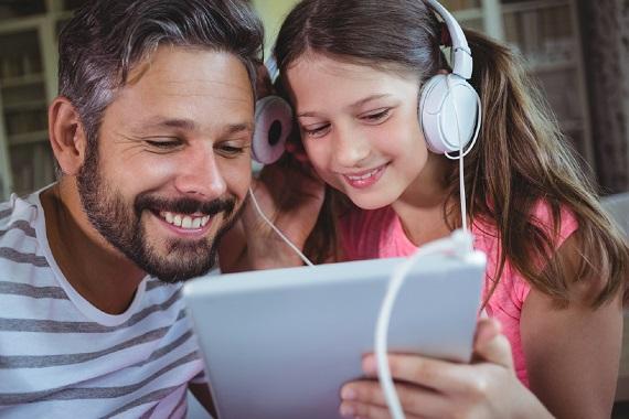 Tata si fiica asculta muzica
