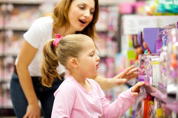 Mama cu fiica ei se afla la magazin si se uita la produse