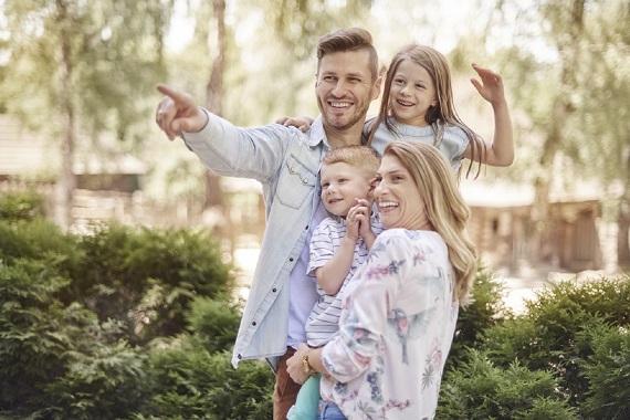 Familie cu copii ce se uita la diverse lucruri