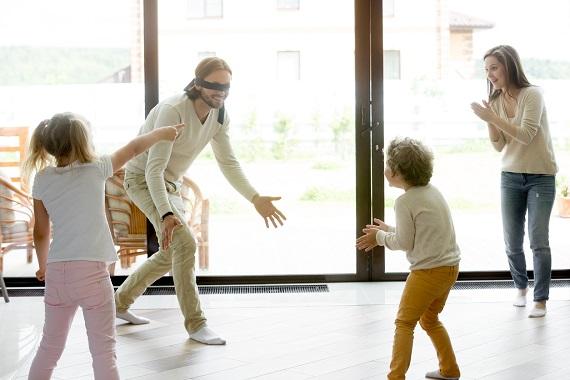 Familie ce se joaca De-a-v-ați ascunselea in casa