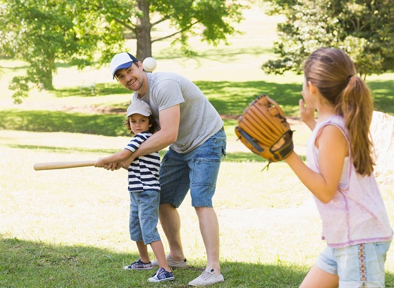 Tata ce isi antreneaza copii sa joace baseball