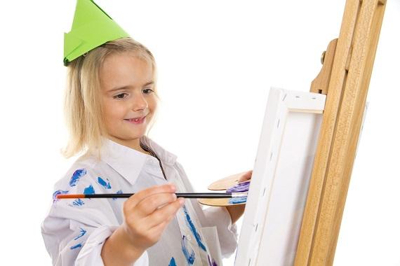 Fetita ce picteaza si s-a patat pe haine
