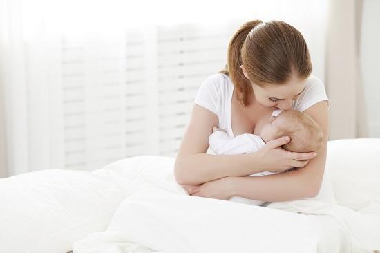 Tatal o poate ajuta pe mama ce alaptează asigurandu-i un spatiu cat mai confortabil