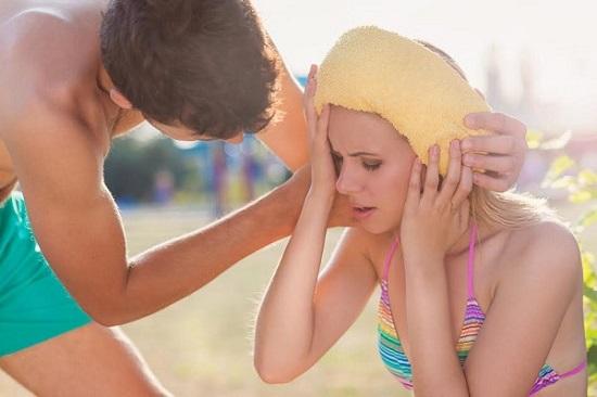 Baiat ce ii aplica partenerei sale un prosop umed pe cap
