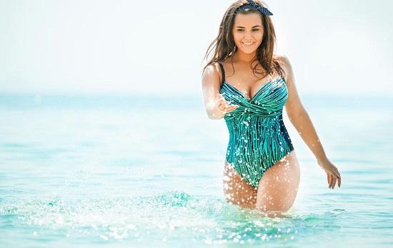 Fata cu costum de baie intreg, in culori marine