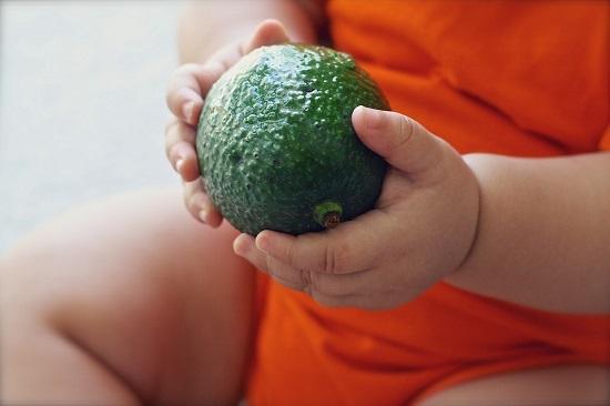 Manute de bebelus cu un avocado