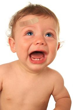 Bebelus cu un plasture la frunte