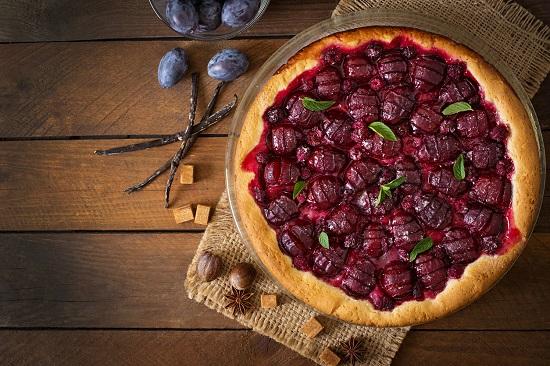 Prajitura cu prune si zmeura