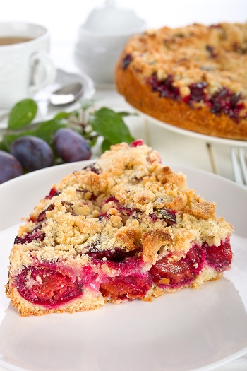 Felie din tarta cu prune si aluat faramicios