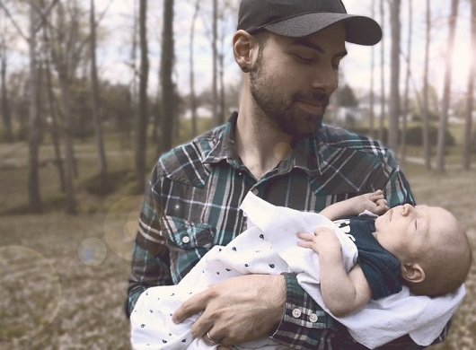 Tata cu bebelusul sau, la plimbare