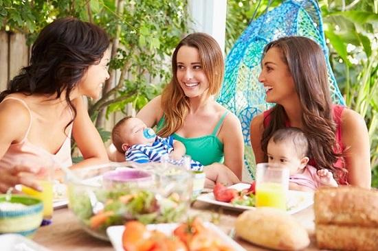Tinere femei la masa, alaturi de bebelusii lor