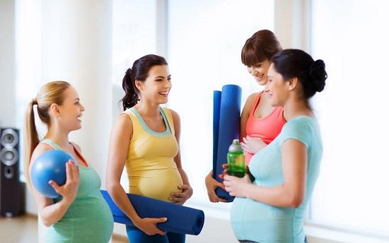 Femei gravide la sala de sport