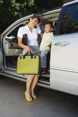 Mama ce iese din masina, tinandu-si copilul in brate