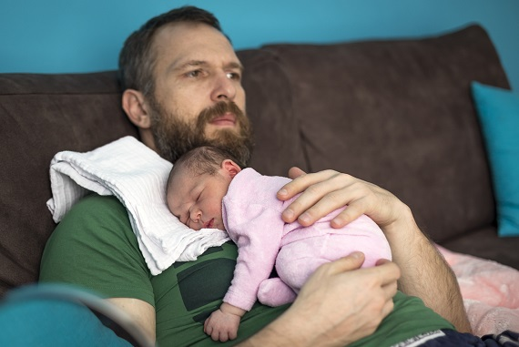 Tata ce isi tine la piept fetita