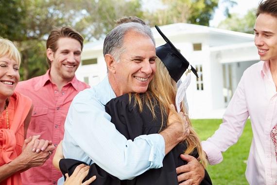 Tata ce isi imbratiseaza fiica la absolvire