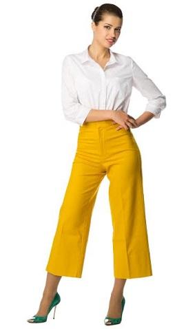 Femeie in bluza alba si pantaloni largi, galbeni