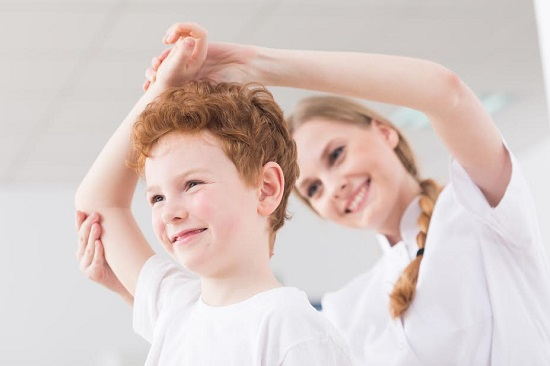 Mama il ajuta pe copil sa faca un exercitiu