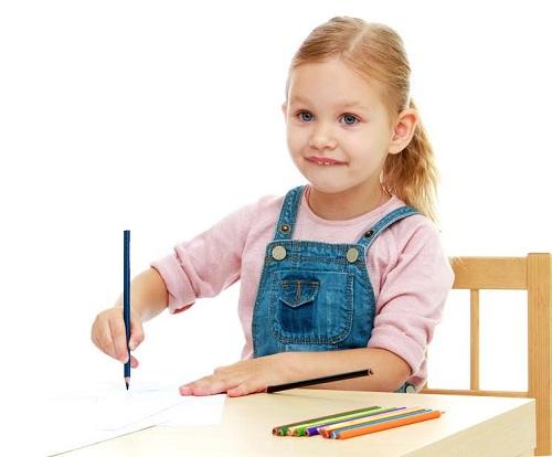 Fetita care deseneaza