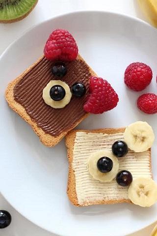 Sandvisuri cu crema de ciocolata, unt si fructe
