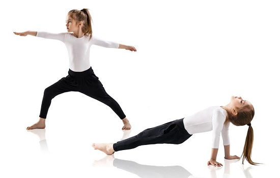 Fetite practicand  exercitii de yoga