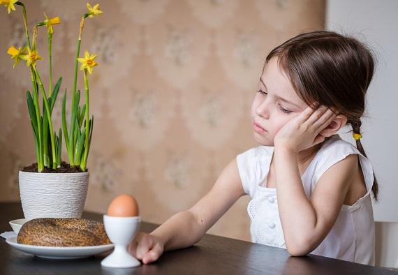 Fetita trista la micul dejun