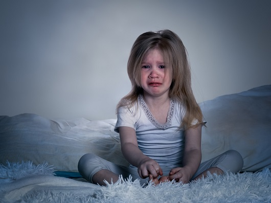 Fetita ce s-a trezit din somn si plange