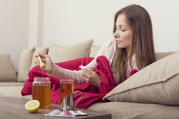 Femeie ce sta in pat si vrea sa ia miere din borcan