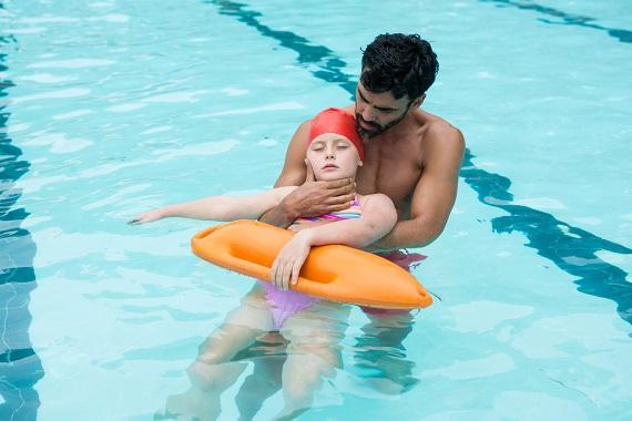 Salvamar ce salveaza o fetita la piscina