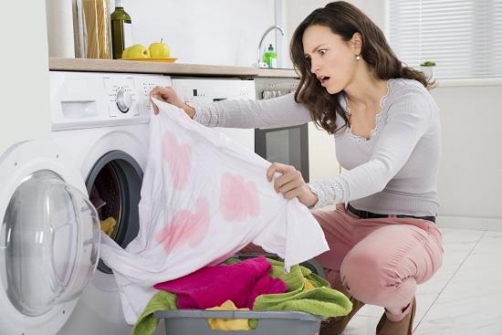 Greseala la spalatul rufelor: nu cureti petele inainte