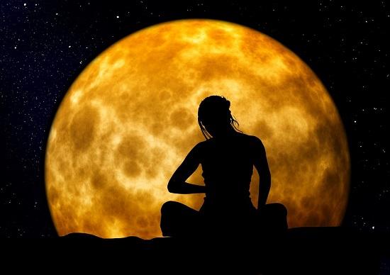 Femeie care face meditatie cand e luna plina