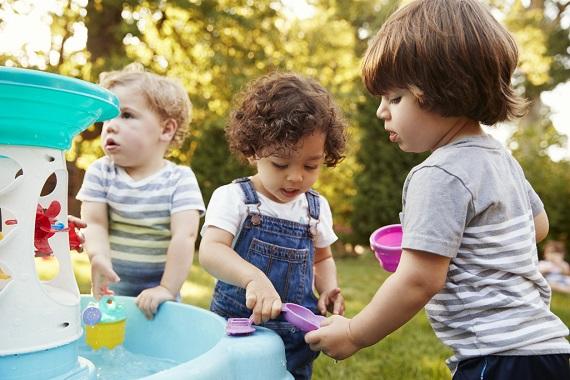 Copii ce se joaca in parc