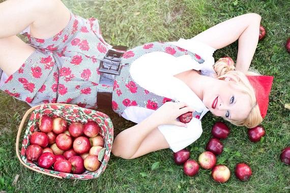 Fata alaturi de un cos de mere