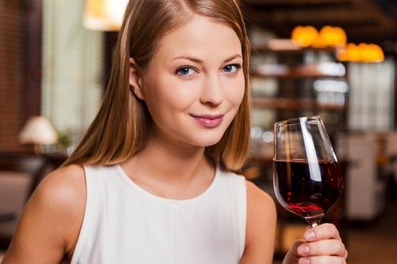Fata ce ar vrea sa bea vin rosu
