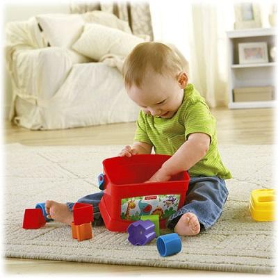 Bebelus jucandu-se cu niste cuburi