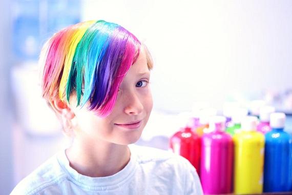Copil cu suvite colorate
