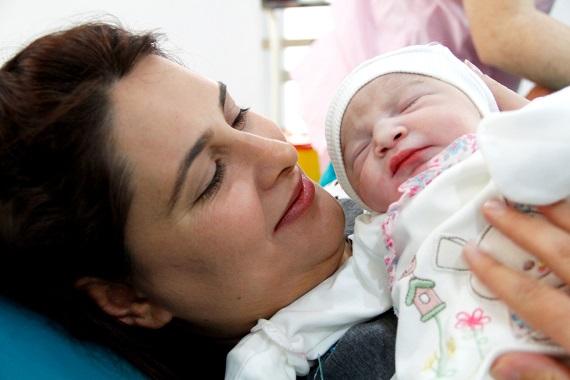 Mama ce isi tine pentru prima data bebelusul in brate