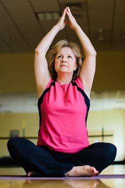 Femeie ce face un exercitiu yoga