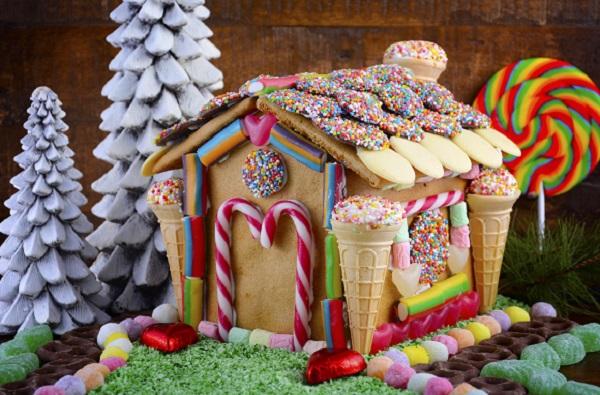 Casuta de turta dulce, decorata cu fursecuri, jeleuri si bomboane