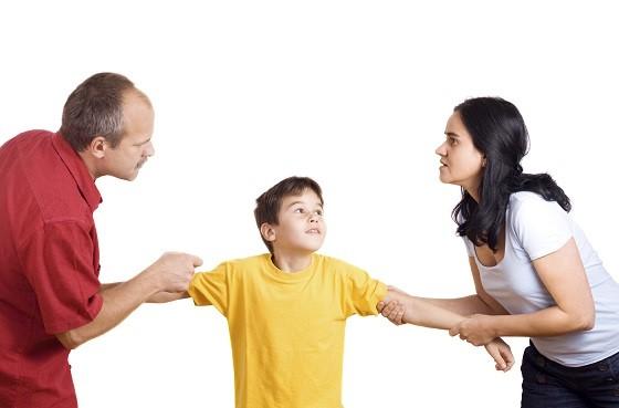 Sfatul specialistilor in psihologia copilului cu parinti divortati: evitati sa va puneti copilul la mijloc
