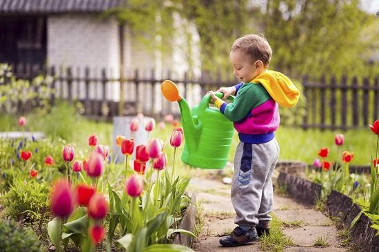 Copil ce se ocupa cu gradinaritul